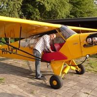 André Daams bij zijn Piper Cub