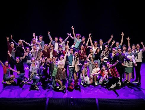 Musicalvereniging Unidos zingt musical 'Thoroughly Modern Millie' bij koffieconcert Velser Gemeenschap