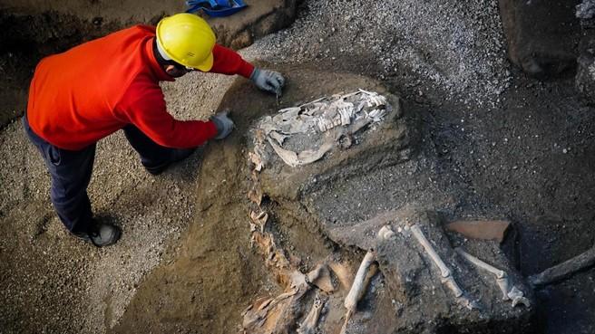 Restanten gezadeld paard Pompeï [video]