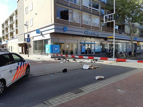Schrikken op de Hilversumse Langestraat: verwarde man gooit huisraad dwars door raam naar buiten