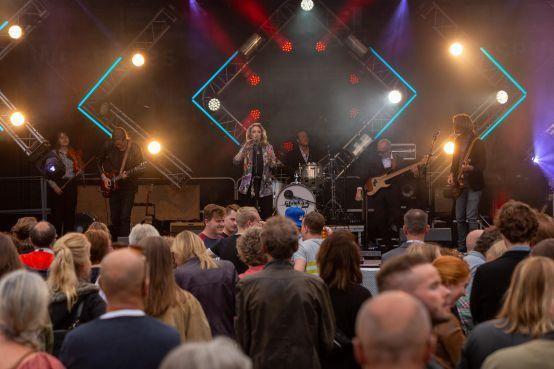 Artiesten maken er samen een groot feest van tijdens Stadsfeesten in Hoorn [video]