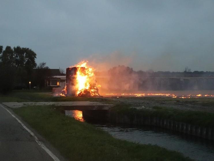 Grote berg stro aangestoken in Noordwijkerhout, brandstichter aangehouden