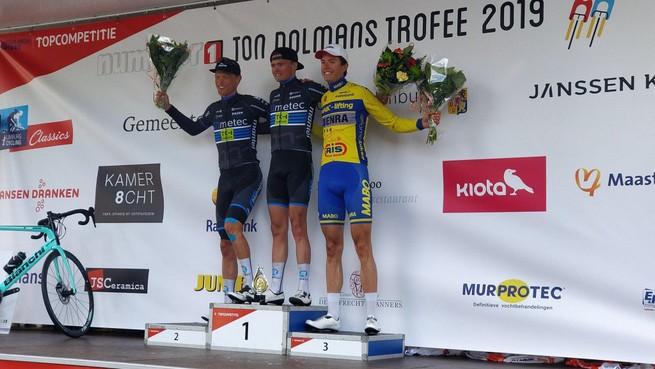 Blauwe leiderstrui brengt wielrenner Wouter Been namens West-Frisia aan de start in Omloop der Kempen