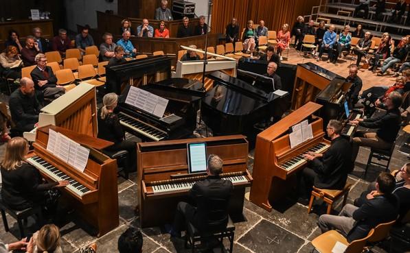 Elf pianisten krijgen in Hoornse Oosterkerk ovatie voor imposant klankbouwsel