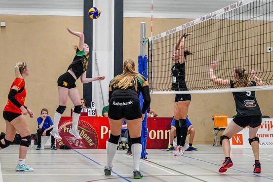 Volleybalsters van Huizen missen dat waarvan de mannen overlopen: 'Het is voor ons heel simpel: minder spanning en meer energie'