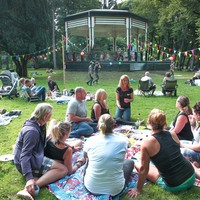 De allereerste Velsense editie van Parksessie bij het muziekkoepeltje in Velserbeek.