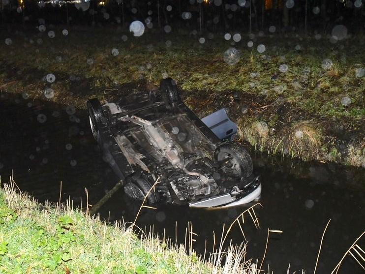 Auto op de kop in de sloot in Alphen aan den Rijn