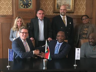 Het comité dat betrokken is bij de herdenking van de ss Mendi, met in het midden de Zuid-Afrikaanse ambassadeur Bruce Koloane.