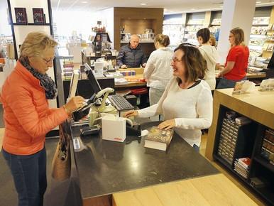 Margôt Benjamins van boekhandel Plukker helpt een klant.
