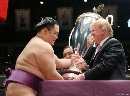 Trump reikt worsteltrofee uit