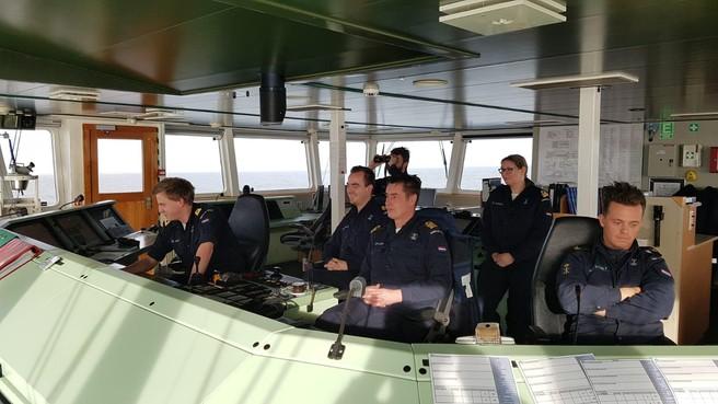 Marineschepen gaan overboord geslagen containers zoeken