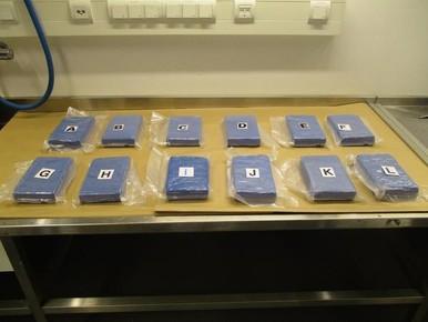 Koffer met 12 kilo cocaïne aangetroffen bij douane op Schiphol
