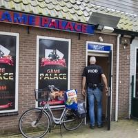 Lid van de Fiod betreedt het casino in Castricum.
