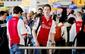 Ajax supporters op luchthaven Schiphol. In het kielzog van de ploeg vertrekken de fans naar Stockholm om de Europa League finale tegen Manchester United bij te kunnen wonen.