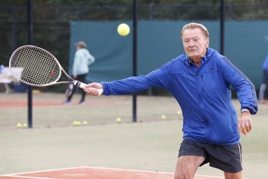 Jürgen Lehmanski (81) uit Duitsland blijft de ballen terugslaan op tennisbaan 't Oghe