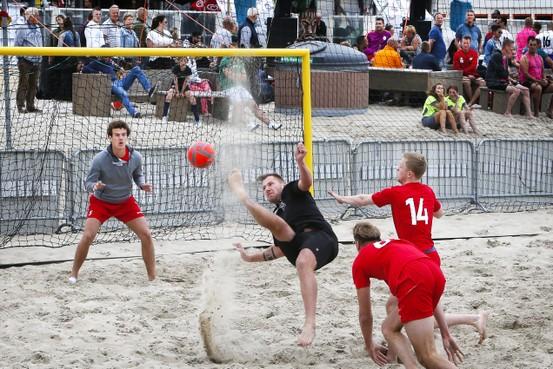 'Op het strand voetballen is een mooie training voor nieuwe seizoen'