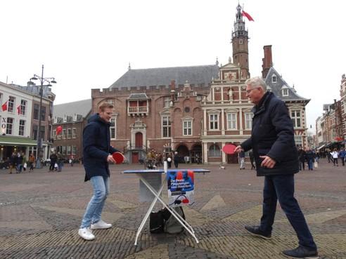 Toernooi 'De Beste Pingponger van Haarlem' groeit: slappe lach tijdens het tafeltennissen [video]