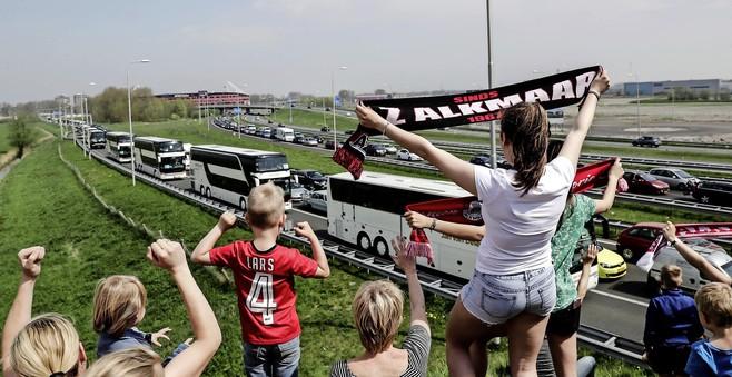 AZ-supporters: 'Speel eerst de uitwedstrijden en zet gratis bussen in voor fans'