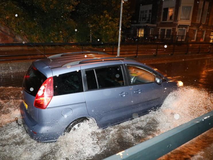 Hevige regenval maakt viaduct nauwelijks begaanbaar in Haarlem