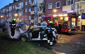 De Volkswagen Polo die aan de Groen van Prinstererstraat in brand werd gestoken.