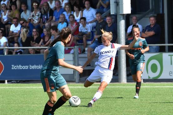 Eredivisieduel met Ajax heeft voor voetbalsters VV Alkmaar het gewenste effect: dringen voor een plekje aan de Robonsbosweg