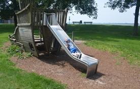 De 3-jarige Adam vermaakt zich prima op de glijbaan aan de Westerdijk in Hoorn.