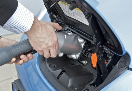 Ruzie over elektrische laadpalen bij tankstation in Muiden
