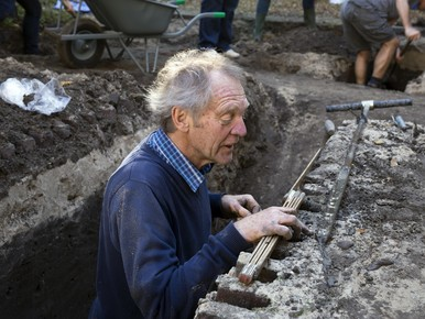 Amateurarcheoloog Theo Nieuwenhuizen doet grondboringen.
