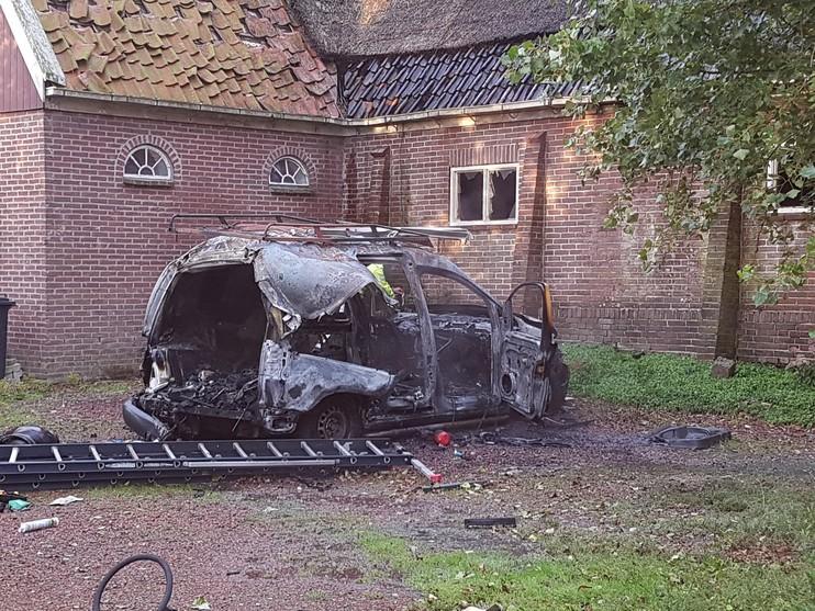Autobrand in Berkhout, door vuur ontploft gasfles