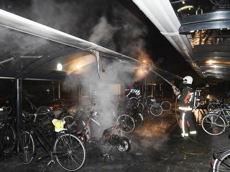 Brommer en fietsen in vlammen op bij brand fietsenstalling De Vink