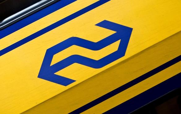 Persoon klimt over spoorboom om trein te halen bij station Naarden-Bussum, aanrijding net voorkomen