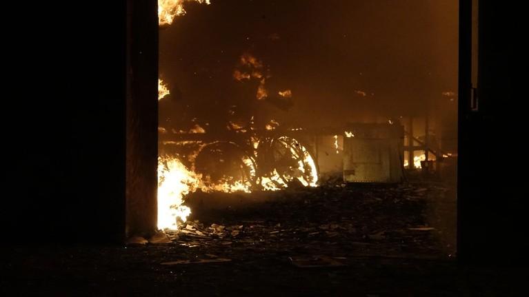 Grote brand bij bedrijf Oudkarspel, meerdere woningen ontruimd [video]