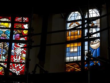 Vier stripramen onthuld in Bakenesserkerk Haarlem