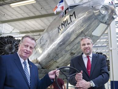 Anne Cor Groeneveld (links) schonk de DC-2 aan het Nederlands Transport Museum, waarvan Arno van der Holst (rechts) een van de initiatiefnemers is.