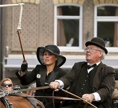 De combinaties gaan weer rond de kerk; het ringsteken is voor veel bezoekers van de West-Friese markten in Schagen het hoogtepunt van de zomer