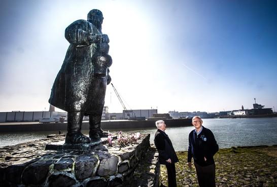 Kleinzonen bewijzen na 100 jaar eer aan hun opa Evert, die in 1919 tijdens het vissen op een zeemijn voer