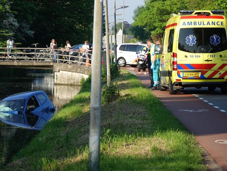 Omstanders redden vrouw uit het water in Blokker [video]