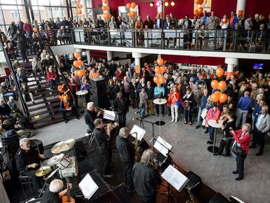 Optreden van de Stable Roof Jazz & Bluesband in de foyer van het Zaantheater.
