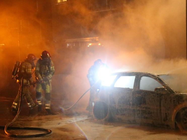Auto gaat in vlammen op in Huizen
