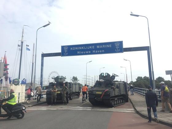 Pantserwagens bewaken Sail en Marinedagen Den Helder