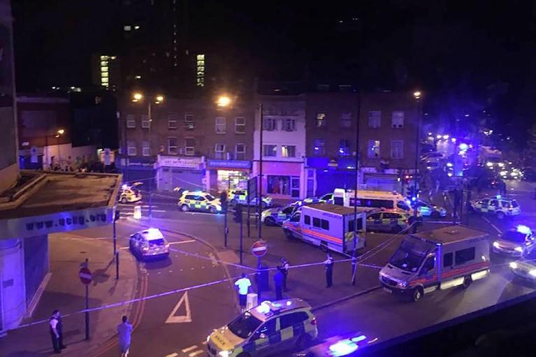 Busje rijdt bij moskee in Londen in op menigte: dode en 10 gewonden [update]
