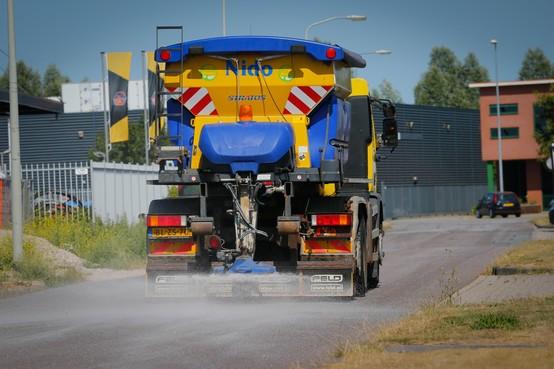 Hoorn strooit zout om rode stroken op asfalt te redden