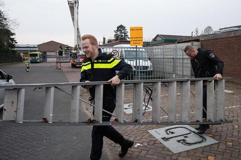 Politie zoekt inbreker in Hilversum met hoogwerker van de brandweer