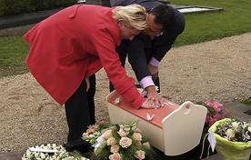 Natasja Geyteman en haar man met het kistje van Jolie.