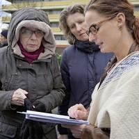 Vrijwilligers overleggen met elkaar tijdens de vorige zoekactie naar Charlie Frits.