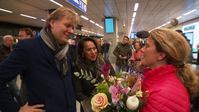Hamming verwelkomt Zaanse poolreizigers op Schiphol