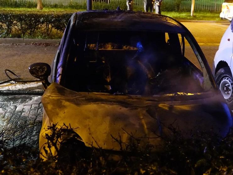 Twee auto's door brand verwoest in Zaandam
