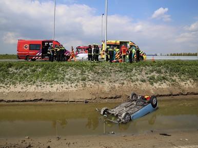 Auto belandt op zijn kop in het water in Schiphol-Rijk