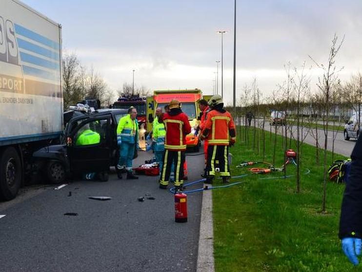Automobilist overleden na botsing tegen vrachtwagen in Schiphol-Rijk