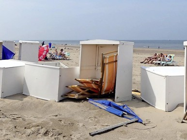 Strandmeubilair in twee golven weggevaagd